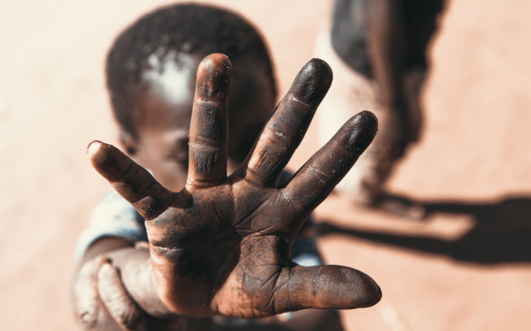 Das katholische Hilfswerk missio bekämpft mit seiner Handysammlung Ausbeutung von Kindern in Afrika und Asien.