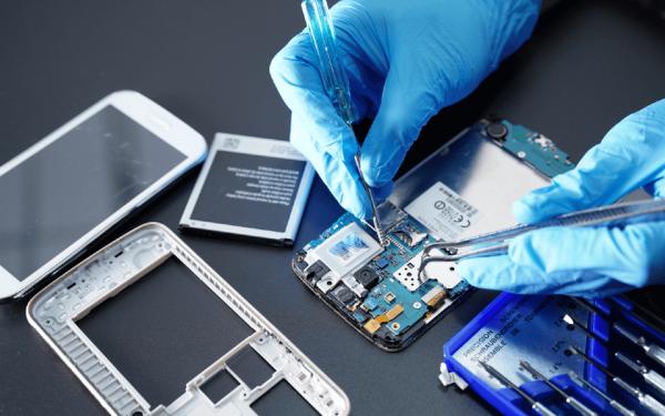 Ein Smartphone wird repariert. Wird ein Handy entsorgt, prüfen die Recyclingunternehmen zunächst, ob es sich für einen Weiterverkauf aufbereiten lässt.