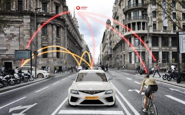 Das Auto der Zukunft fährt autonom und kommuniziert dank 5G-Technologie mit Ampeln, anderen Fahrzeugen oder auch Radfahrern und Fußgängern.  © Vodafone