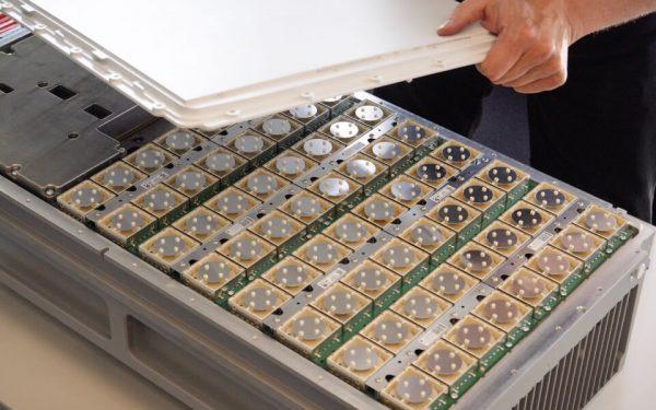 64 Mini-Antennen stecken in einer 5G-Antenne. So kann sie das Signal nach Bedarf ausrichten.