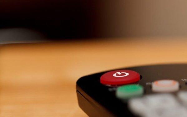 Zu sehen ist die Power-Taste einer Fernbedienung. Bei IPTV-Angeboten lassen sich Timeshift- und Restart-Funktionen nutzen.