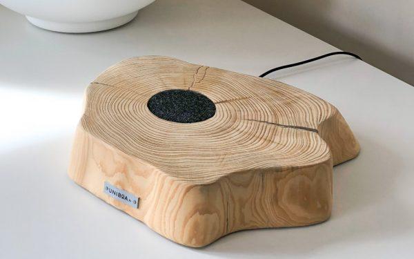 Praktisch und schön anzusehen: Das Qi-Pad fürs Wireless Charging ist eingelassen in die Scheibe eines Baumstammes.