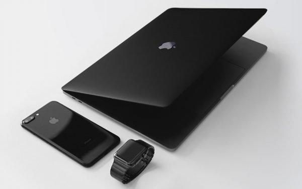 Ein iPhone, eine Apple Watch und ein MacBook liegen nebeneinander auf einem Tisch.  Auf allen Geräten lässt sich Apple Pay nutzen.